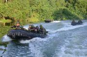 Komandan Brigif 2 Marinir Tembak Musuh dari Atas Perahu Karet