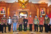 DPD REI Jatim Sumbang Ribuan Masker dan Hazmat untuk Pemprov