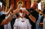 Desainer Bora Aksu Terinspirasi Pandemi saat Tampil di London Fashion Week