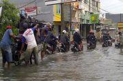 Diguyur Hujan Empat Jam, Jalanan di Jakbar Tergenang