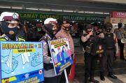 Jalan Kaki dan Pakai Toa, Polres Cimahi Patroli Prokes di Pusat Perbelanjaan