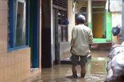Banjir Mulai Surut, Warga Cawang Bersihkan Lumpur Tebal Setinggi 20 Sentimeter
