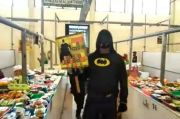 Berkostum Batman, Polisi Ini Blusukan di Pasar Palang Pasuruan