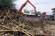 Ribuan Kubik Sampah Diangkut dari Pintu Air Manggarai