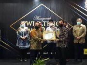 PWI Jateng Serahkan Award Bidang Birokrasi Pemerintahan dan Pelayanan Publik kepada Bupati Batang