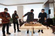 Kejutan Kue Ulang Tahun Hary Tanoesoedibjo untuk Menko Perekonomian Airlangga Hartarto
