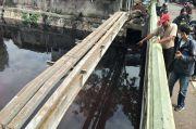 Warga Lihat Pemotor Kabur Setelah Buang Bungkusan Plastik ke Kali Srengseng