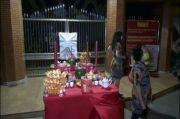 Umat Konghucu Gelar Sembahyang Zhong Qiu di Depan Pintu Tergembok