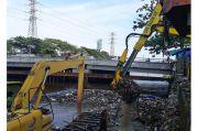 Musim Hujan, Volume Sampah di Cengkareng Drain Naik 15 Kali Lipat