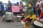 Tuntut Cabut Izin Tambang, Nelayan Goreng Ikan Asin di Depan Kantor PT Timah