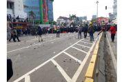 Massa Pendemo Lempari Polisi dengan Batu dan Petasan di Harmoni
