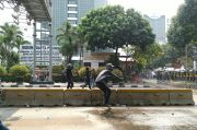 Bentrok Polisi vs Massa Terjadi di Simpang Harmoni