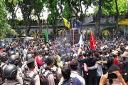 Aksi Tolak UU Cipta Kerja di DPRD Gresik Ricuh