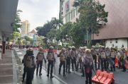 Polisi Pukul Mundur Pengunjuk Rasa di depan Gedung Negara Grahadi