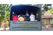 Senangnya Anak-Anak Desa Bisa Naik Truk Kendaraan Dinas Tentara