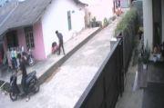 Terlalu, 2 Pria Ini Terekam CCTV Merampas Ponsel Anak-anak
