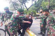 TNI Bantu Brimob Bersihkan Bekas Gas Air Mata di Wajah