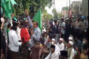 Kiainya Disebut Antek PKI, Ribuan Warga NU Kepung Polres Pamekasan