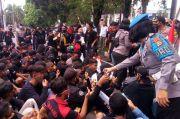 Aksi Penolakan RUU Omnibus Law di Bitung, Polwan Bagikan Air Mineral dan Roti