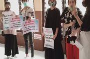 Ada Poster Bebaskan Mama Dewi di Sidang Kasus IRT Ditahan Gara-gara Komentar di FB
