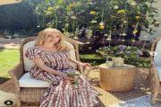 Emma Roberts yang Fashionable dengan Gaun Floral Tory Burch