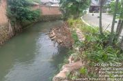 Digerus Hujan, Turap Kali Cipinang di Perumahan Janur Village Ciracas Longsor