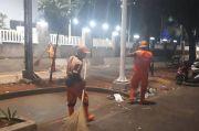200 Petugas DLH DKI Bersihkan 1,5 Ton Sampah Demo Tolak UU Ciptaker