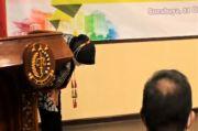 Risma Kembali Menangis saat Terima Pengembalian Aset Pemkot Surabaya