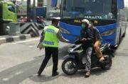 Hendak Menghindari Operasi Zebra, Pemotor Nyaris Tertabrak Bus AKAP