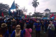 Ribuan Buruh dari Berbagai Asosiasi Kepung Gedung Sate Bandung