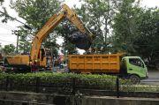 Keruk Saluran Kalirejo, Sedimen Lumpur Mencapai 26 Dump Truk