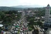 Pantauan Udara, Ribuan Kendaraan Terjebak Kemacetan di Simpang Gadog Puncak