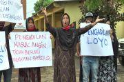Terdakwa Kasus Perusakan Jadi Tahanan Kota, Keluarga Korban Unjuk Rasa