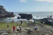 Libur Panjang, Tanah Lot Bali Dibanjiri Ribuan Wisatawan