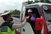 Diberhentikan Polisi, Sopir Truk Malah Diberi Paket Sembako