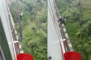 Viral, Pemotor Gelantungan di Atas Jembatan Hindari KRL Commutter Line