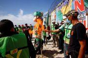 Protes Kebijakan Imigrasi AS, Demonstran di Meksiko Bakar Boneka Trump