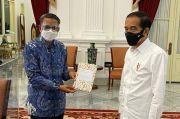 Gubernur Serahkan Langsung Buku Karya Anak Sulsel ke Presiden Jokowi