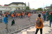 Tolak UU Cipta Kerja, Ratusan Mahasiswa Rusak Pagar Kawat Berduri di Gedung DPRD Provinsi Jambi