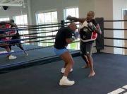 Mike Tyson Aneh! Bayar Sparring Partner untuk Tendang Pantatnya