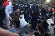 Di Tengah Unjuk Rasa Tolak Omnibus Law, Risma Punguti Sampah
