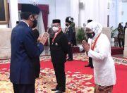 Presiden Jokowi Anugerahkan Bintang Mahaputera Utama kepada Gubernur Khofifah