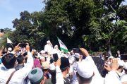 Tiba di Puncak, Ribuan Orang Berbaju Putih Sambut Kedatangan Habib Rizieq