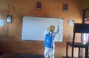 Jelang Kegiatan Belajar Mengajar Tatap Muka, Sekolah di Lombok Timur Disemprot Disinfektan