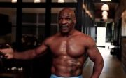 Robek Kemeja, Mike Tyson Pamer Otot Bisepnya: Aku The Rock!