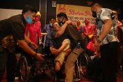 Para Penyandang Disabilitas Ini Tak Kuasa Tahan Air Mata Terima Kursi Roda dan Tongkat