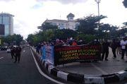 Sejumlah Pemuda dan Mahasiswa di Bandung Ini Unjuk Rasa Protes Habib Rizieq
