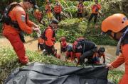 Korban Banjir Bandang Kendal Dievakuasi, Ayah Meninggal Anak Belum Ditemukan