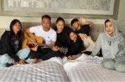 Makin Dekat, Kalina Oktarani Peluk Anak-anak Vicky Prasetyo