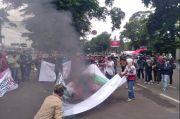 Poster Habib Rizieq Dibakar Puluhan Pemuda di Depan Gedung DPRD Jabar